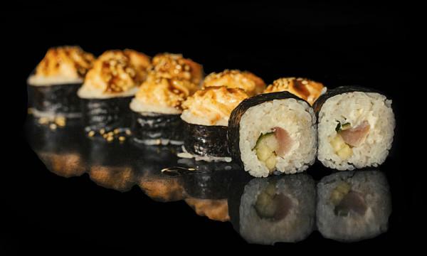 Запеченный ролл Идзуми хот с окунем