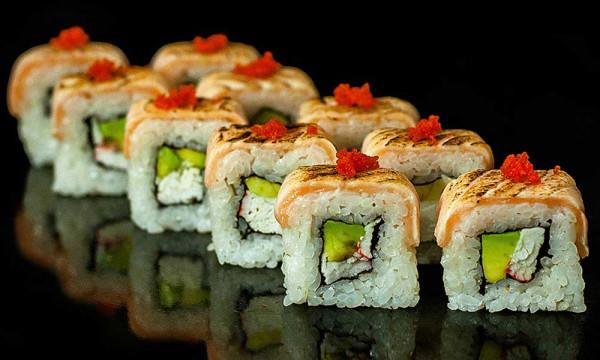 Ролл холодный Осако маки с опаленным лососем