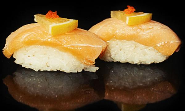 Суши Сяке кунсей с копченым лососем